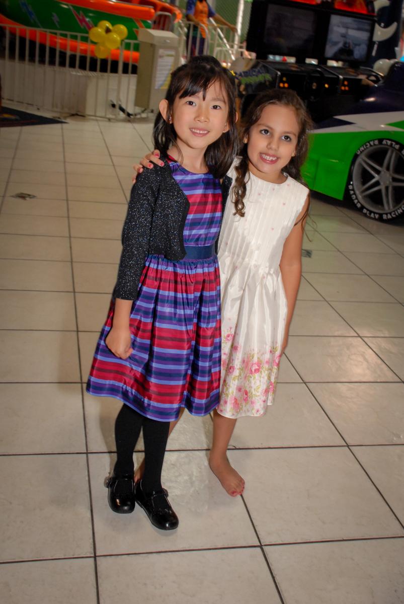 abraço da amiga no Buffet Fábrica da Alegria, Osasco São Paulo aniversário de Rafaela 5 anos, tema da festa Moana