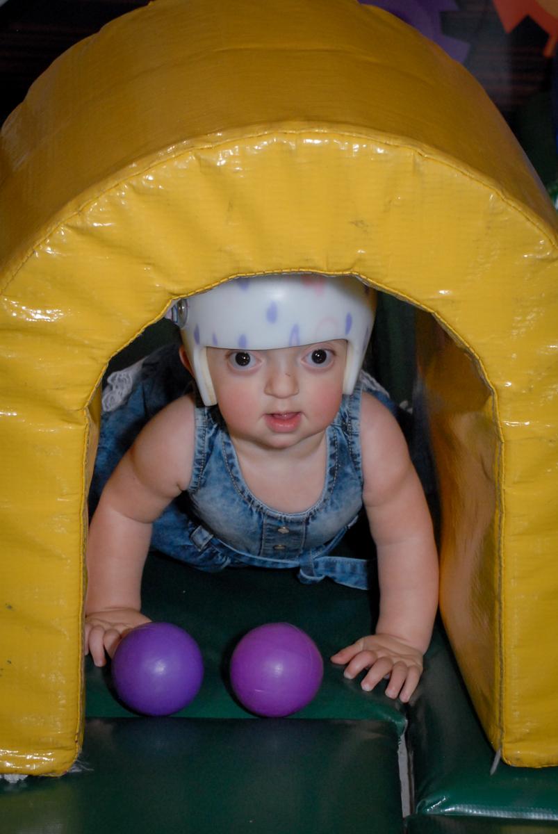 a bebê brinca na área baby no Buffet Fábrica da Alegria, Osasco São Paulo aniversário de Rafaela 5 anos, tema da festa Moana