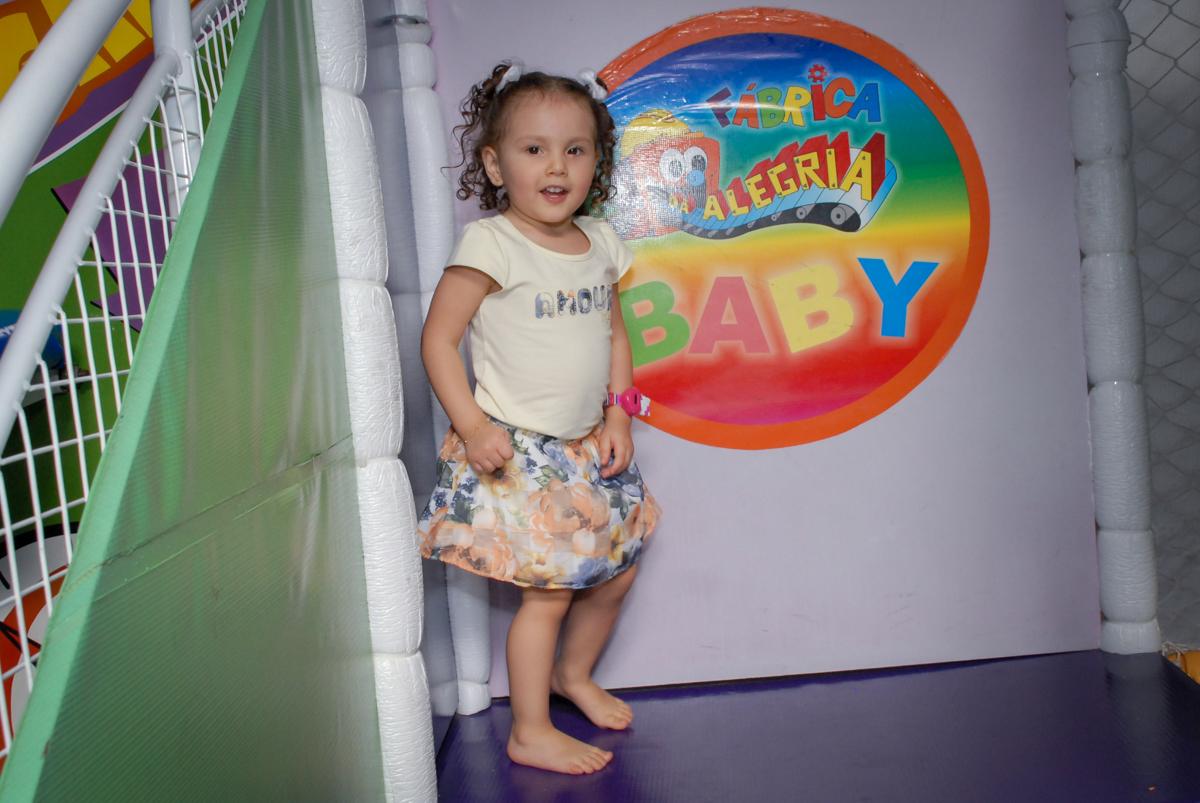 brincando no escorregador no Buffet Fábrica da Alegria, Osasco São Paulo aniversário de Rafaela 5 anos, tema da festa Moana
