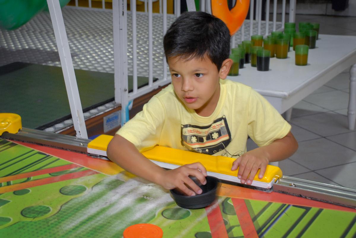 jogo de futebol de mesa no Buffet Fábrica da Alegria, Osasco São Paulo aniversário de Rafaela 5 anos, tema da festa Moana