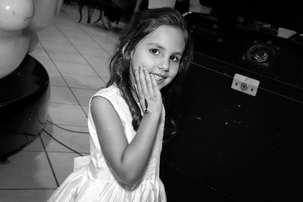 pose de princesa para a foto no Buffet Fábrica da Alegria, Osasco São Paulo aniversário de Rafaela 5 anos, tema da festa Moana
