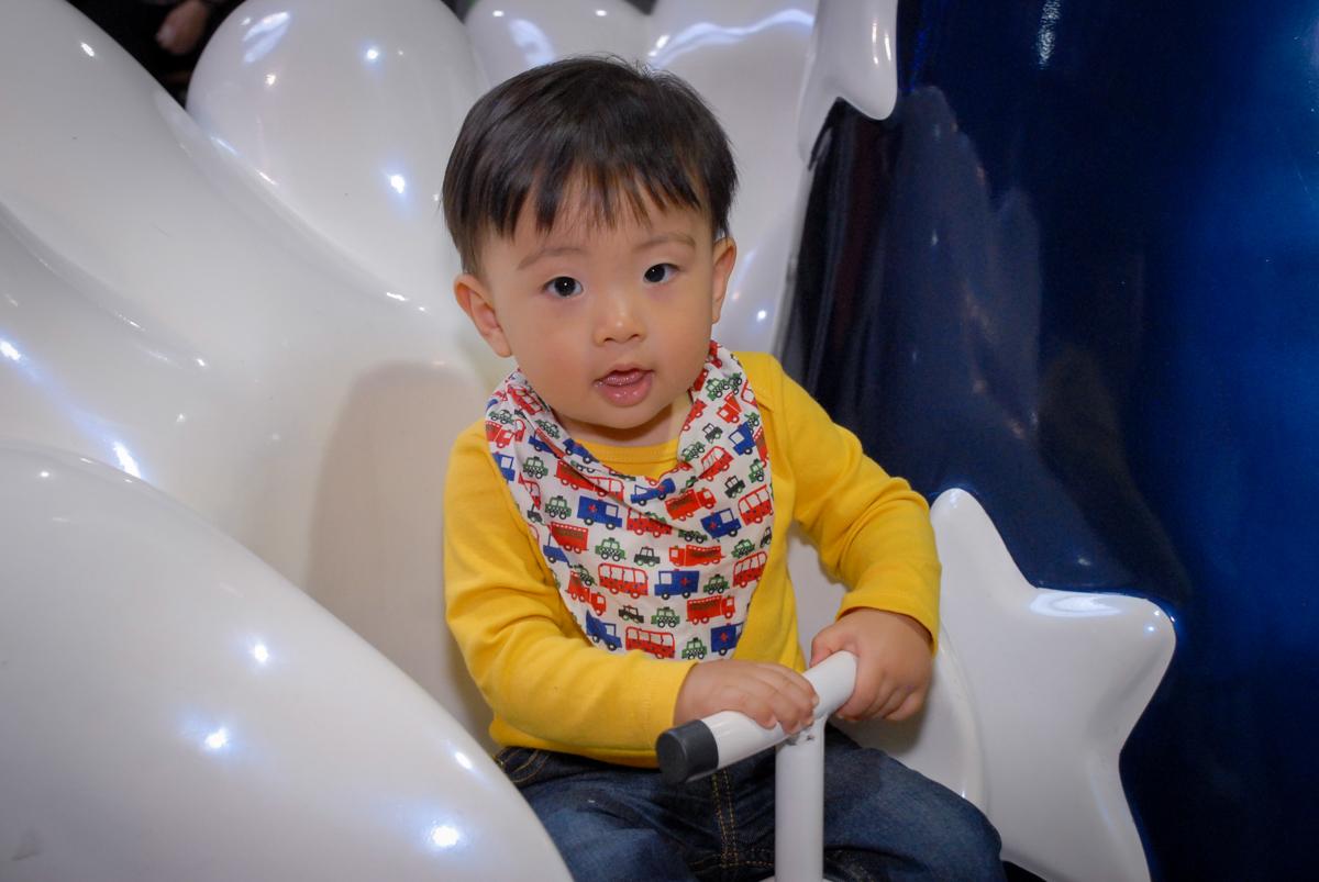 brincando no carrossel no Buffet Fábrica da Alegria, Osasco São Paulo aniversário de Rafaela 5 anos, tema da festa Moana