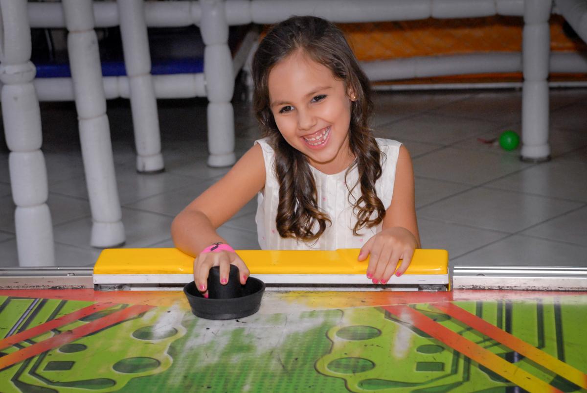 futebol de mesa animado no Buffet Fábrica da Alegria, Osasco São Paulo aniversário de Rafaela 5 anos, tema da festa Moana