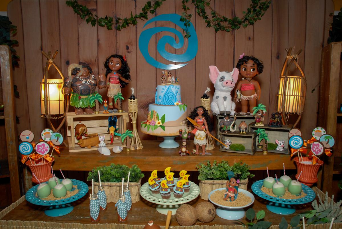 detalhe da mesa decorada no Buffet Fábrica da Alegria, Osasco São Paulo aniversário de Rafaela 5 anos, tema da festa Moana