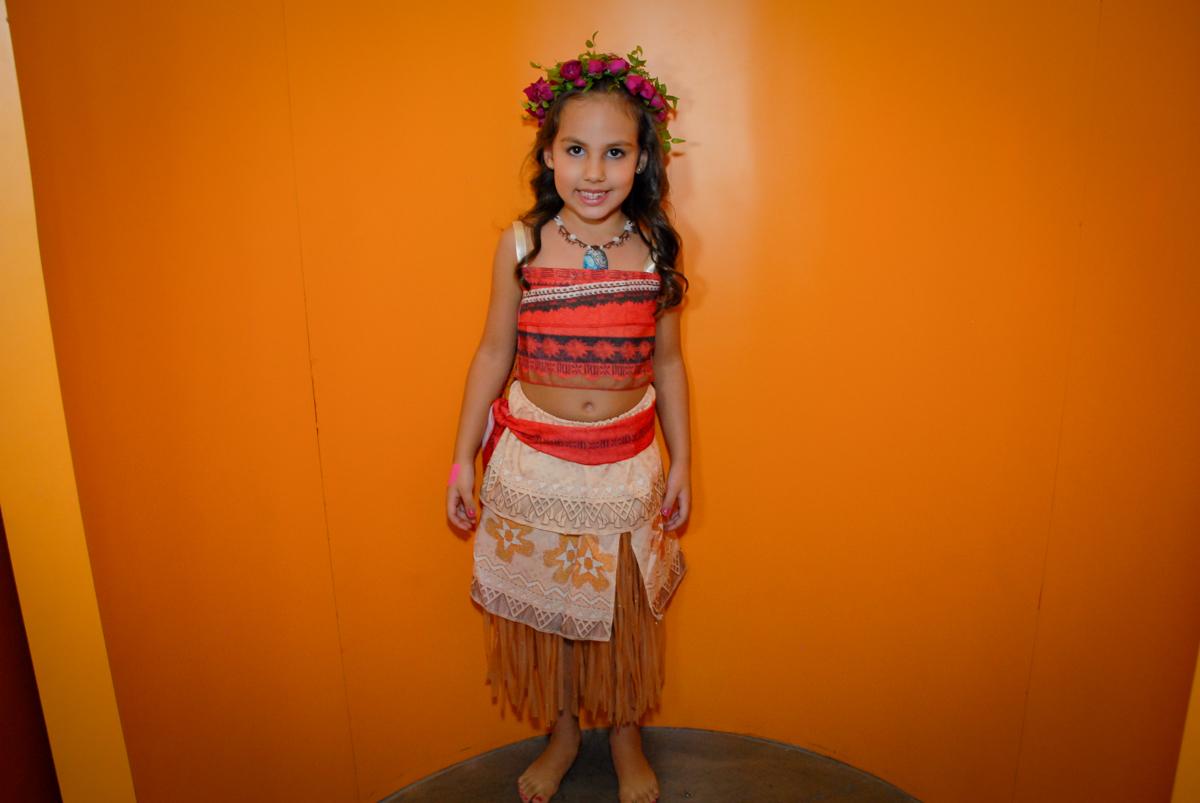 saindo da máquina do parabéns no Buffet Fábrica da Alegria, Osasco São Paulo aniversário de Rafaela 5 anos, tema da festa Moana