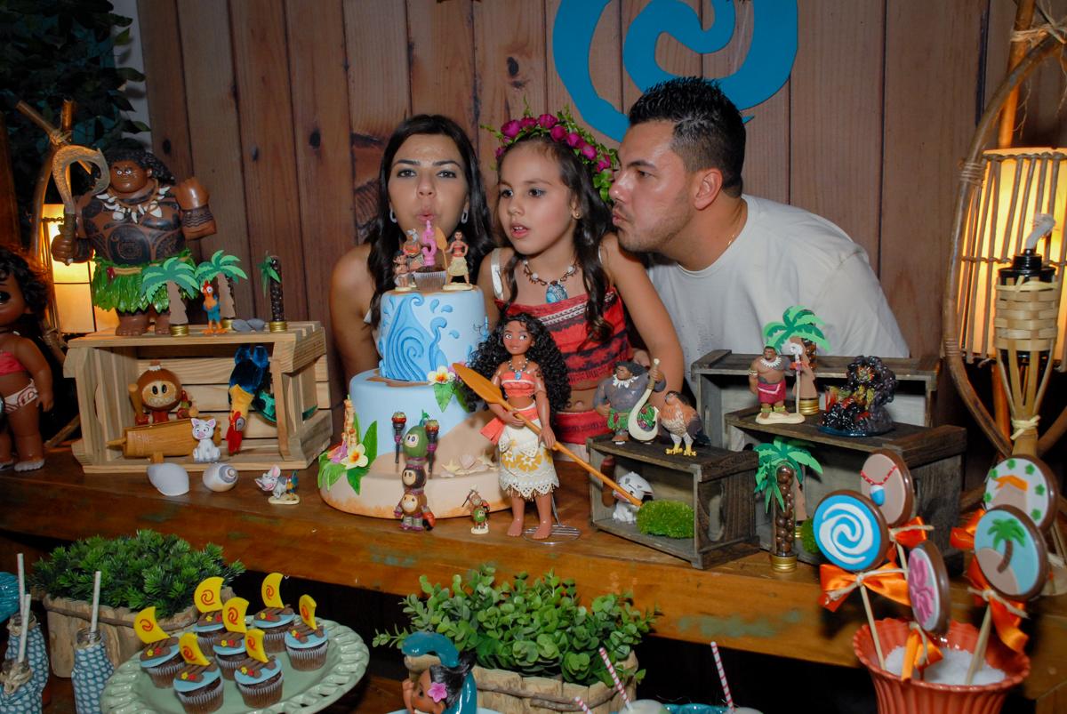 soprando a vela do bolo no Buffet Fábrica da Alegria, Osasco São Paulo aniversário de Rafaela 5 anos, tema da festa Moana
