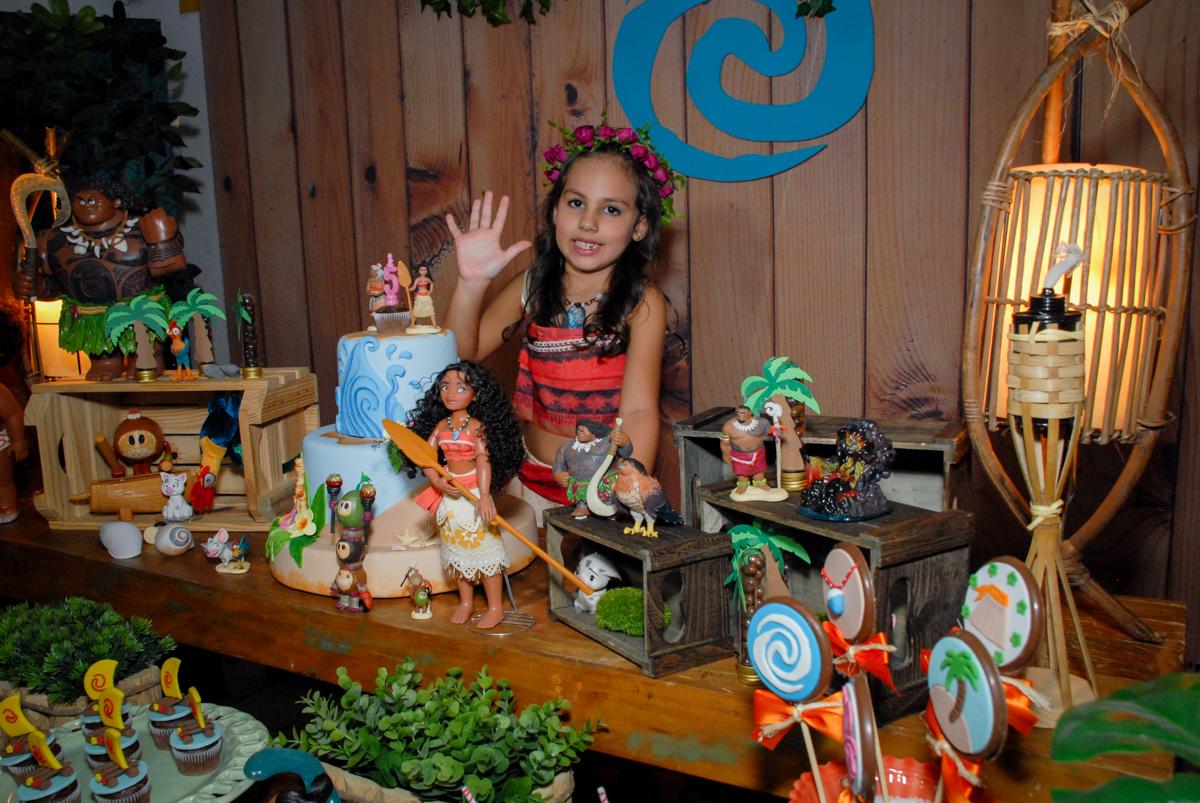 aniversariante feliz em sua festa no Buffet Fábrica da Alegria, Osasco São Paulo aniversário de Rafaela 5 anos, tema da festa Moana