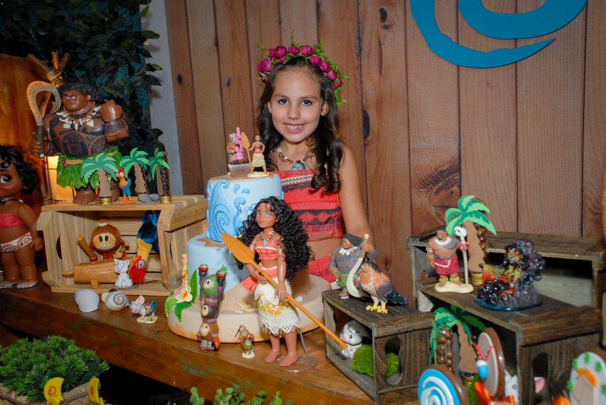 fotografia na mesa do parabéns no Buffet Fábrica da Alegria, Osasco São Paulo aniversário de Rafaela 5 anos, tema da festa Moana