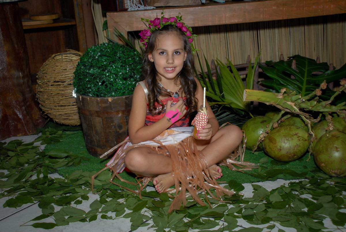 tomando drink no Buffet Fábrica da Alegria, Osasco São Paulo aniversário de Rafaela 5 anos, tema da festa Moana
