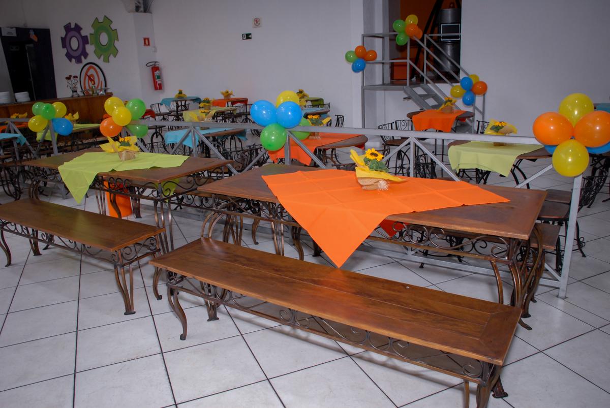 mesas decoradas com bexigas no Buffet Fábrica da Alegria, Osasco São Paulo aniversário de Rafaela 5 anos, tema da festa Moana