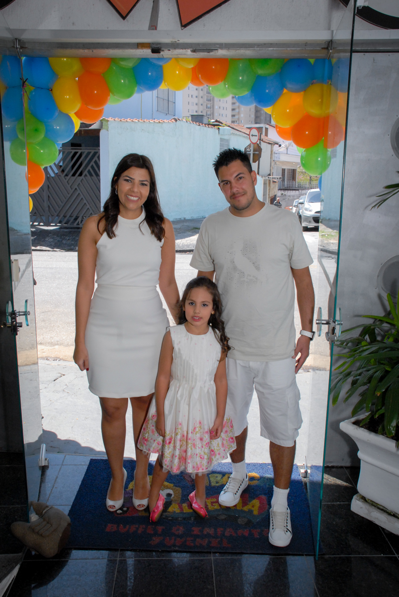 entrada da família para a festa no Buffet Fábrica da Alegria, Osasco São Paulo aniversário de Rafaela 5 anos, tema da festa Moana