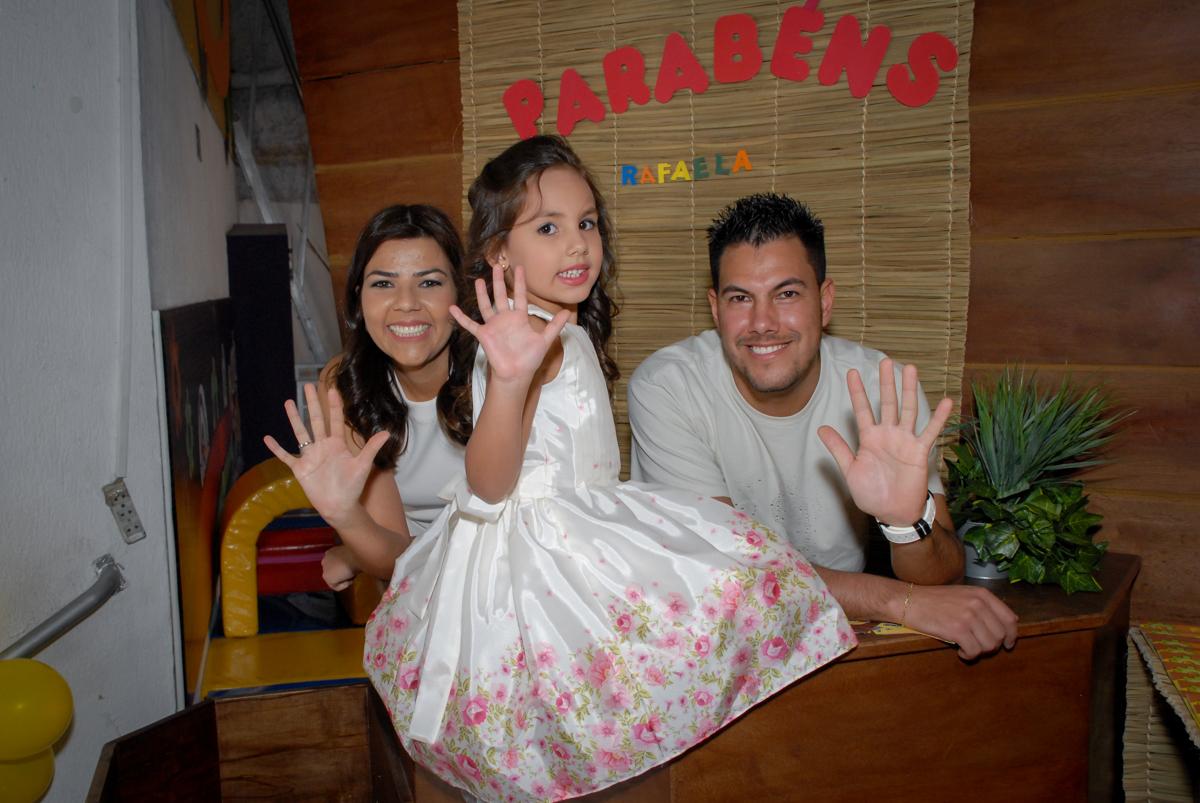 familia feliz posam para a foto no Buffet Fábrica da Alegria, Osasco São Paulo aniversário de Rafaela 5 anos, tema da festa Moana