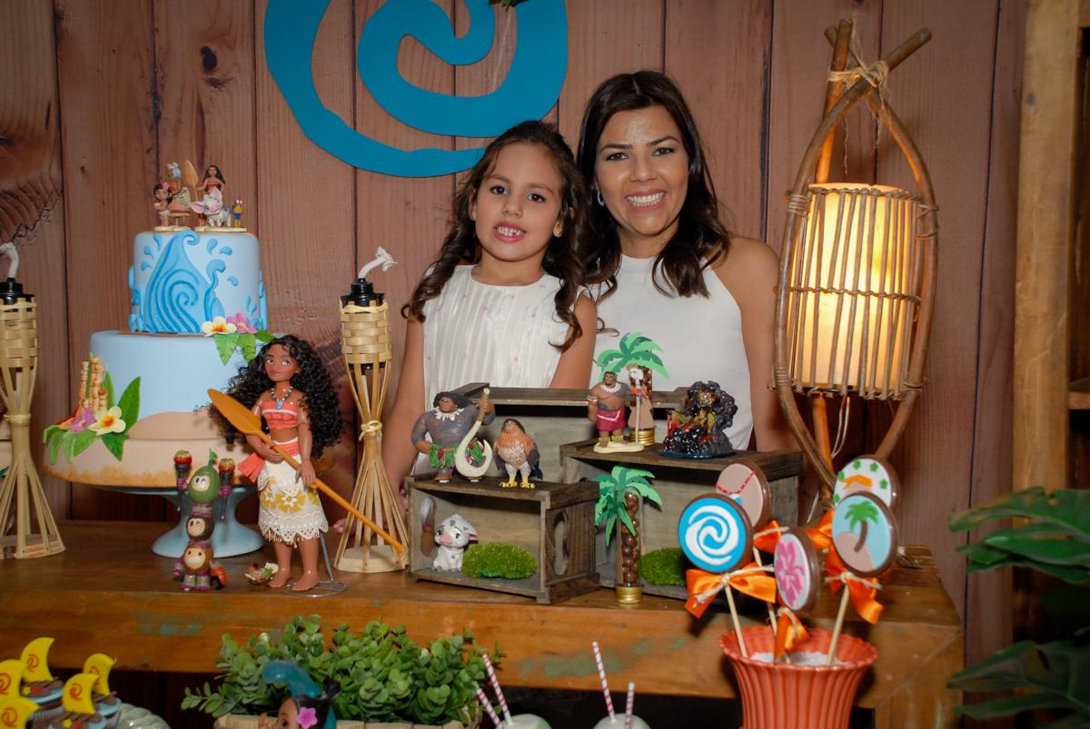 foto mãe e filha no Buffet Fábrica da Alegria, Osasco São Paulo aniversário de Rafaela 5 anos, tema da festa Moana