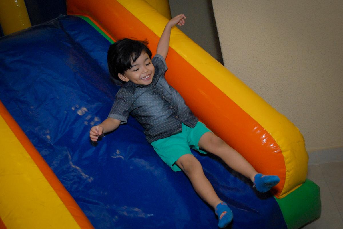 amigo brinca no escorregador inflável no condominio vila prudente, aniversario de rafael 4 anos, tema da festa discvery kids