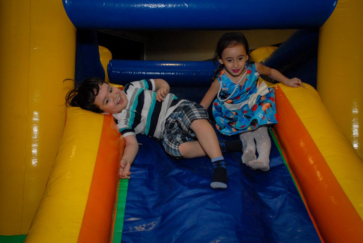 bagunça garantida no escorregador inflável no condominio vila prudente, aniversario de rafael 4 anos, tema da festa discvery kids