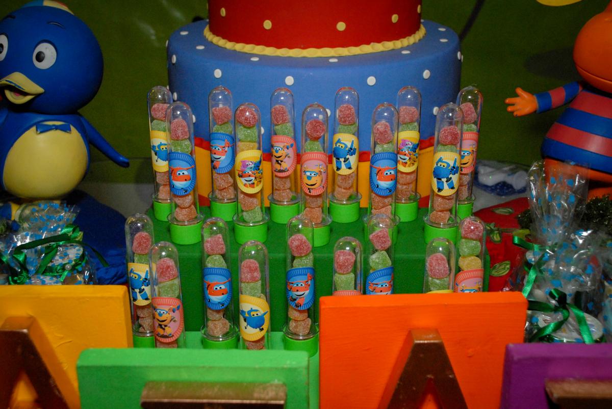 docinhos da festa no condominio vila prudente, aniversario de rafael 4 anos, tema da festa discvery kids