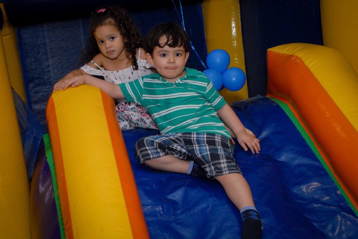 brincadeiras divertida no escorregador no condominio vila prudente, aniversario de rafael 4 anos, tema da festa discvery kids