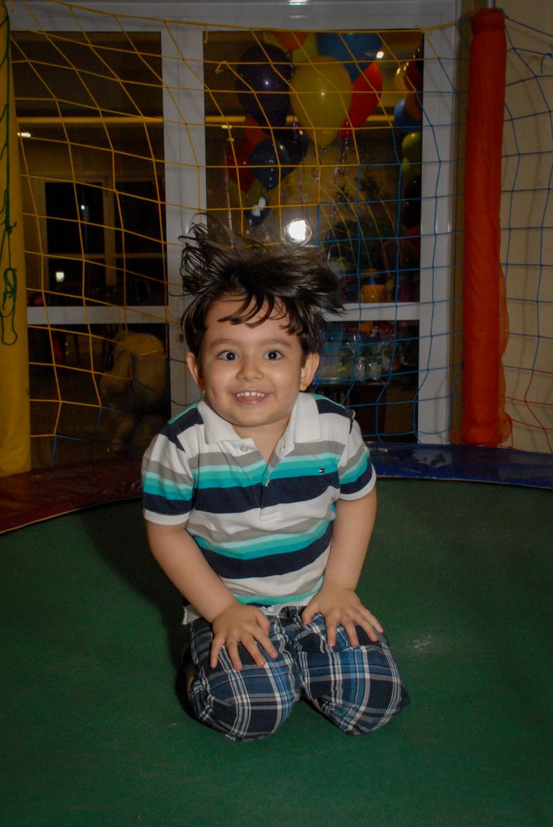 posando para a foto no condominio vila prudente, aniversario de rafael 4 anos, tema da festa discvery kids
