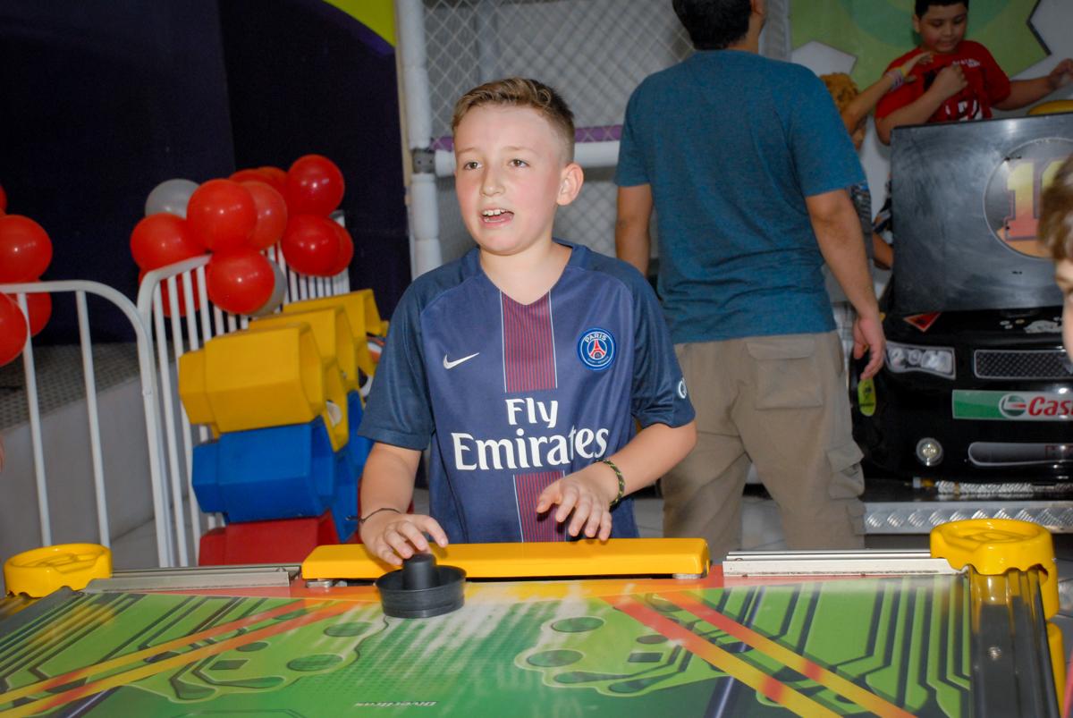 brincadeira no futebol de mesa no Buffet Fábrica da Alegria, Morumbi, São Paulo aniversário de Victor 10 anos e Pedro 1 aninho, tema da festa Paris Saint Germani