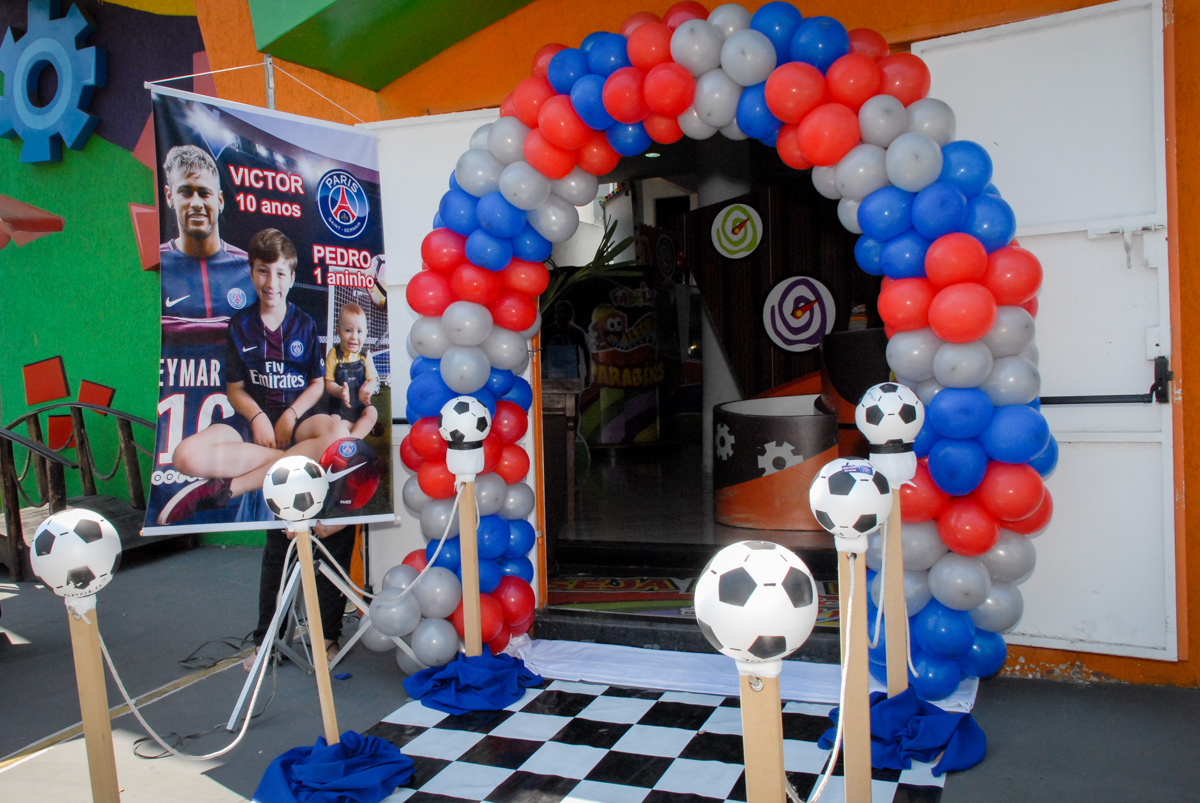 arco de bexigas no Buffet Fábrica da Alegria, Morumbi, São Paulo aniversário de Victor 10 anos e Pedro 1 aninho, tema da festa Paris Saint Germani