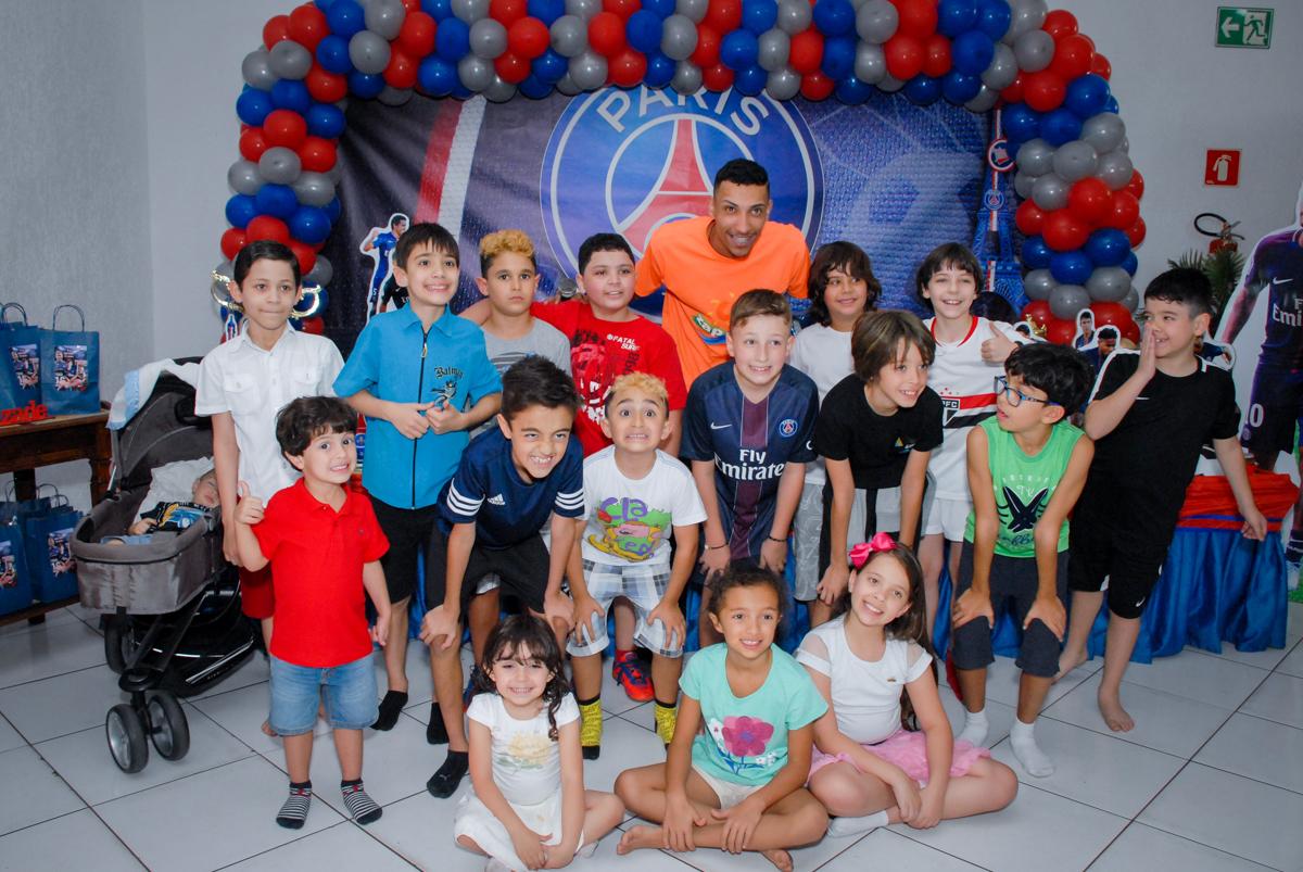fotografia de todas as crianças da festa no Buffet Fábrica da Alegria, Morumbi, São Paulo aniversário de Victor 10 anos e Pedro 1 aninho, tema da festa Paris Saint Germani