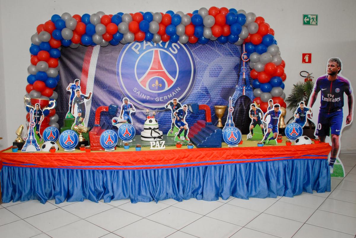 mesa decorada no Buffet Fábrica da Alegria, Morumbi, São Paulo aniversário de Victor 10 anos e Pedro 1 aninho, tema da festa Paris Saint Germani