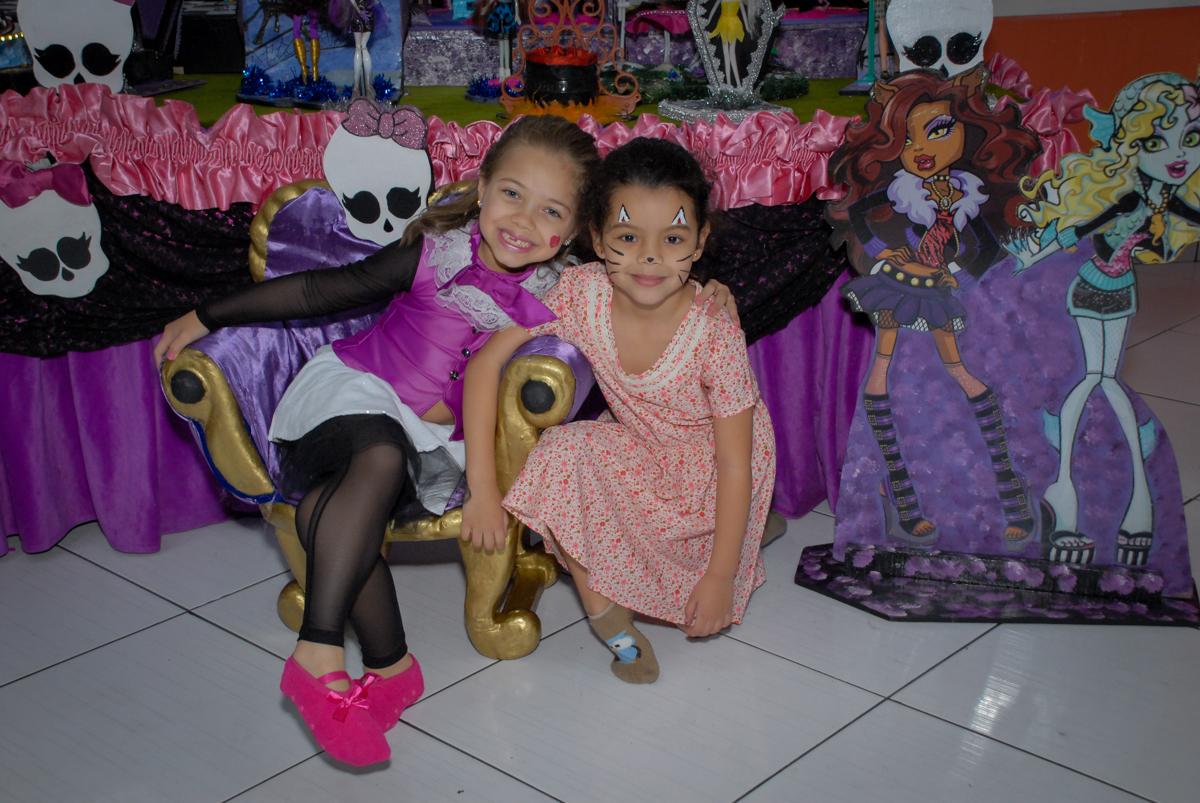 recebendo a amiga para sua festa no Buffet Gato Sapeka II, Osasco, São Paulo, aniversario de sophia 6 anos tema da feta monster high