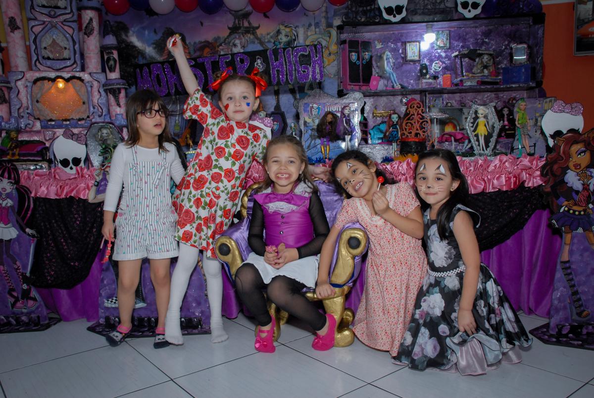 fotografia de todas as amigas no Buffet Gato Sapeka II, Osasco, São Paulo, aniversario de sophia 6 anos tema da feta monster high