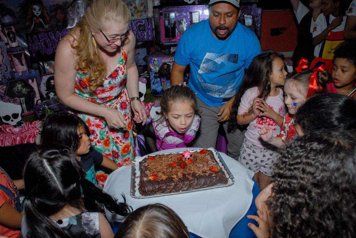 soprando a vela do bolo no Buffet Gato Sapeka II, Osasco, São Paulo, aniversario de sophia 6 anos tema da feta monster high