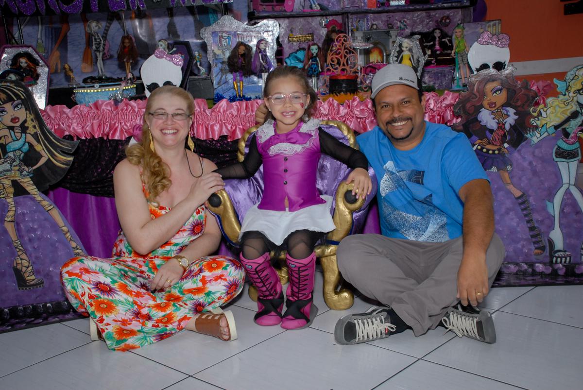 fotografia da familia no Buffet Gato Sapeka II, Osasco, São Paulo, aniversario de sophia 6 anos tema da feta monster high