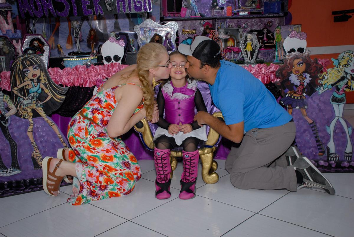 beijo sanduiche na aniversariante no Buffet Gato Sapeka II, Osasco, São Paulo, aniversario de sophia 6 anos tema da feta monster high