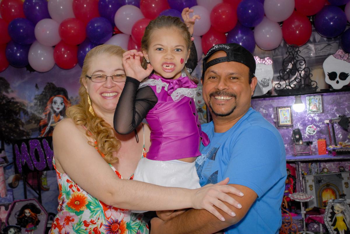 abraço gostoso dos pais no Buffet Gato Sapeka II, Osasco, São Paulo, aniversario de sophia 6 anos tema da feta monster high