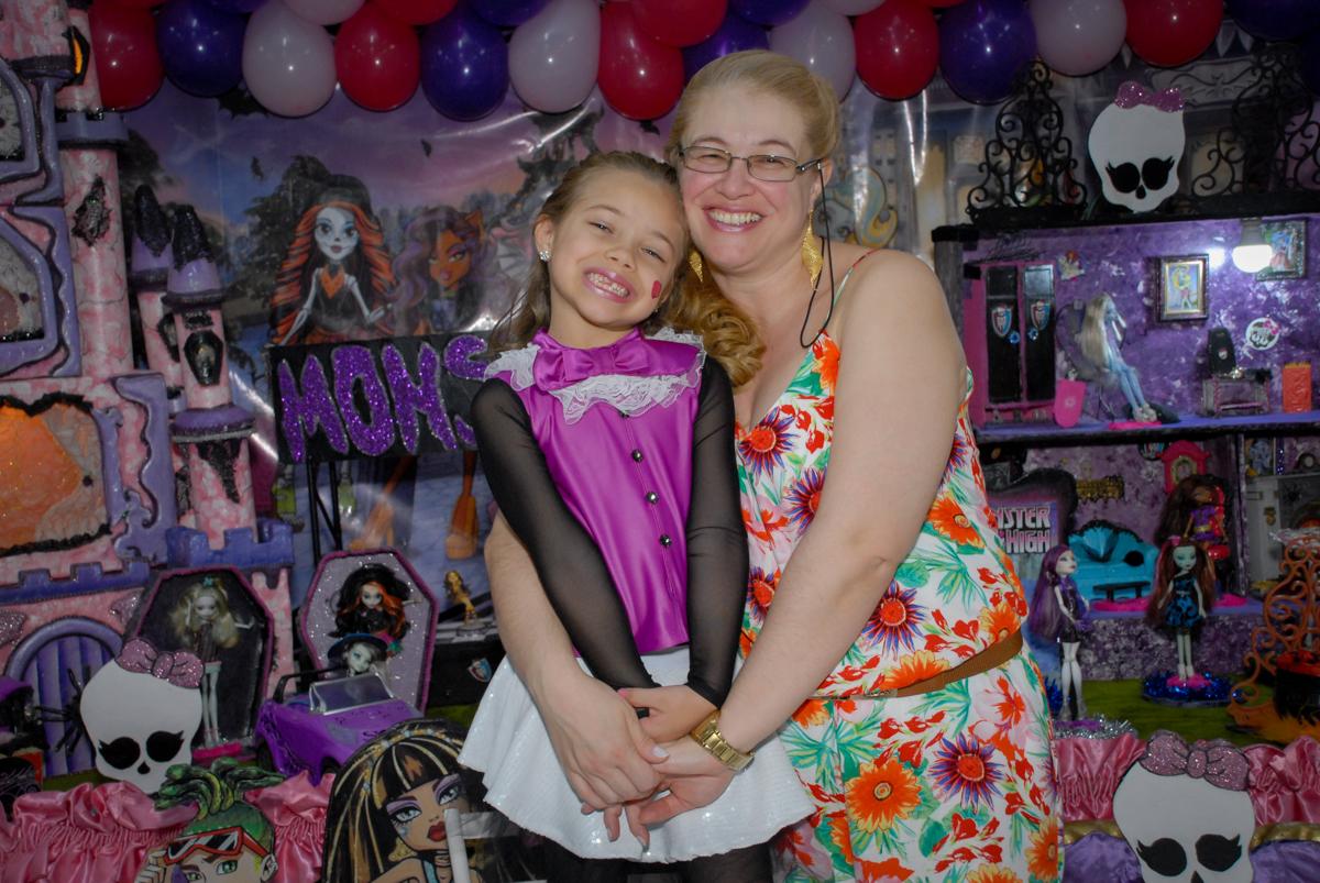 foto mãe e filha no Buffet Gato Sapeka II, Osasco, São Paulo, aniversario de sophia 6 anos tema da feta monster high