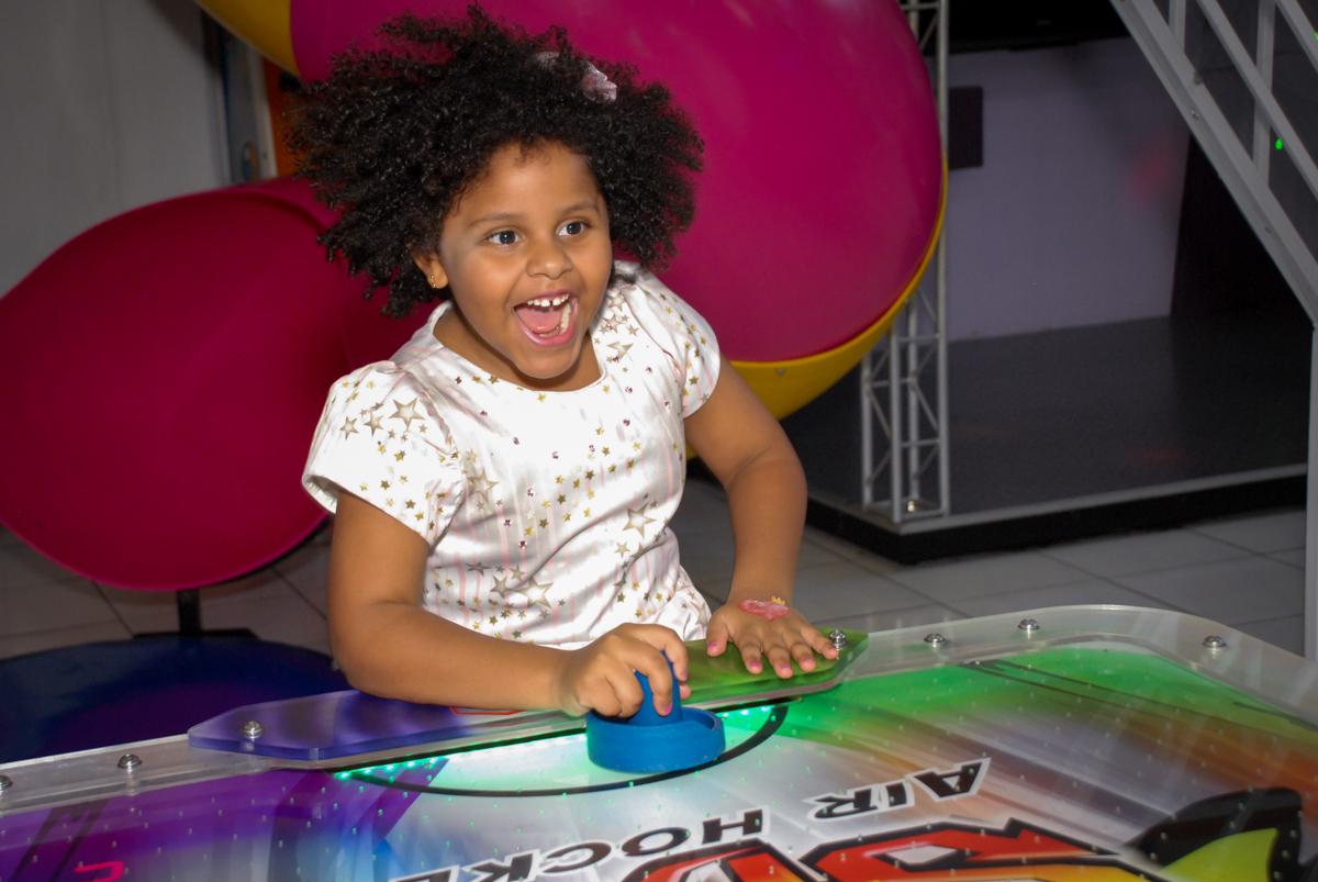 brincadeira divertida no jogo de futebol de mesa no Buffet Magic Joy, Saude, São Paulo, aniversário de Beatriz 6 anos, tema da festa lady bug