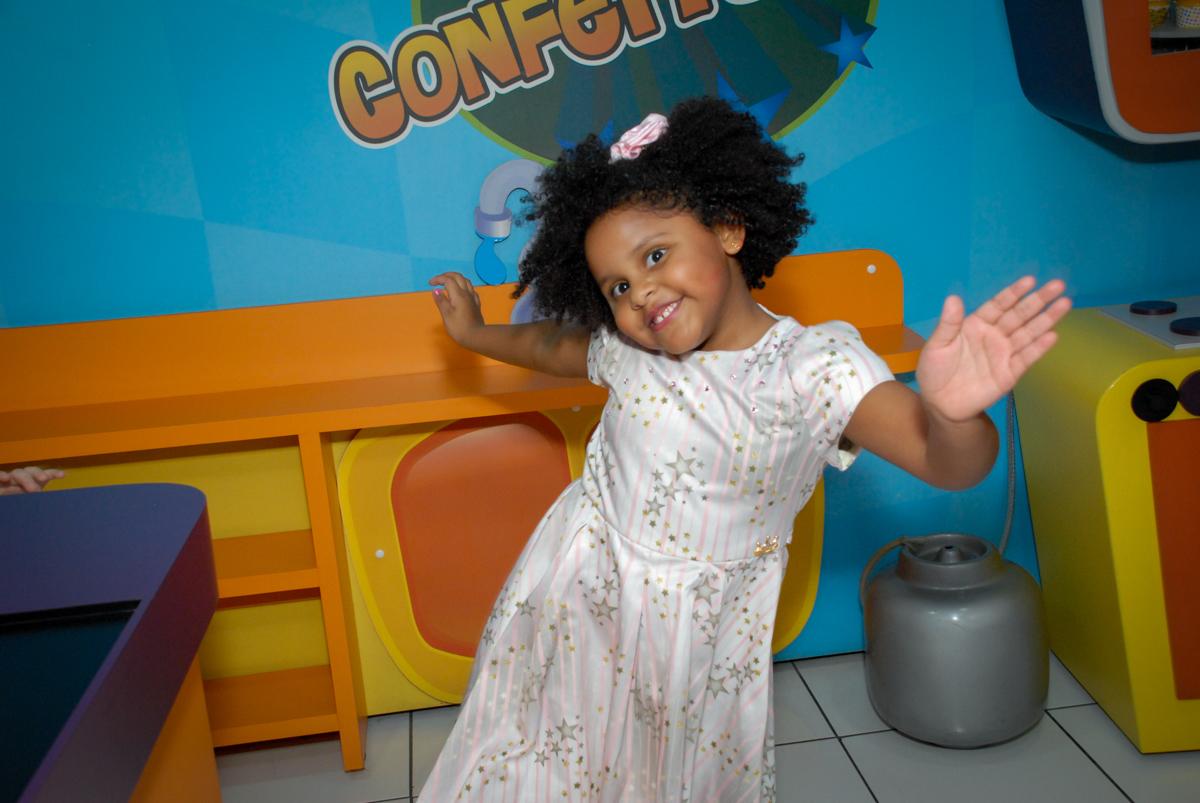 feliz correndo pelo salão no Buffet Magic Joy, Saude, São Paulo, aniversário de Beatriz 6 anos, tema da festa lady bug
