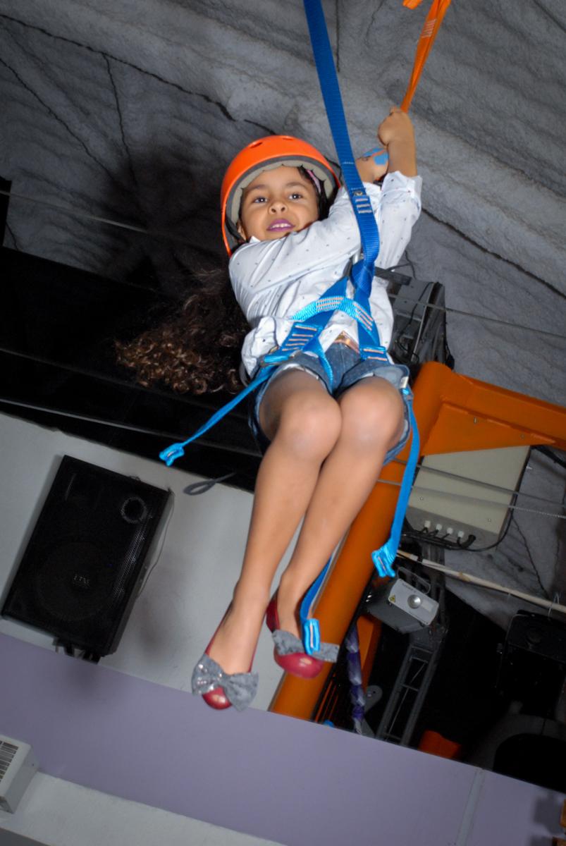 tirolesa divertida no Buffet Magic Joy, Saude, São Paulo, aniversário de Beatriz 6 anos, tema da festa lady bug