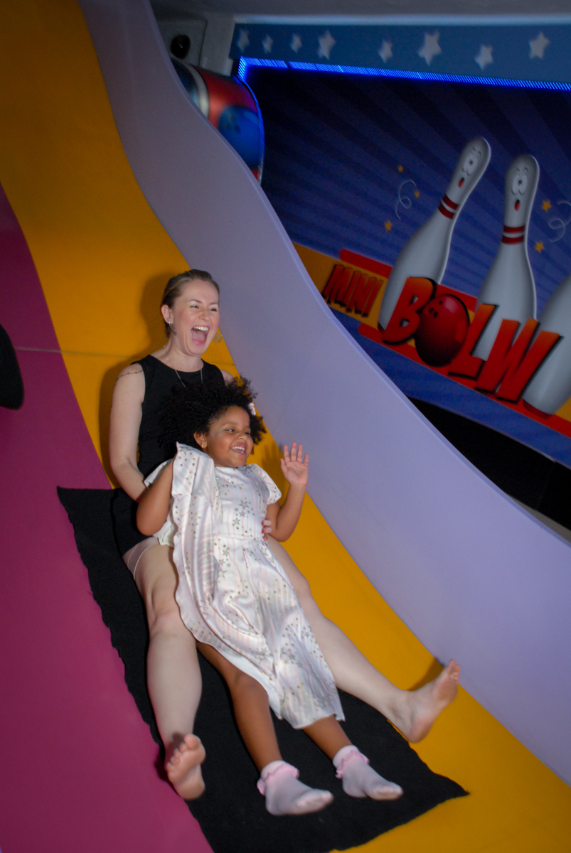 brincando no escorregador  no Buffet Magic Joy, Saude, São Paulo, aniversário de Beatriz 6 anos, tema da festa lady bug
