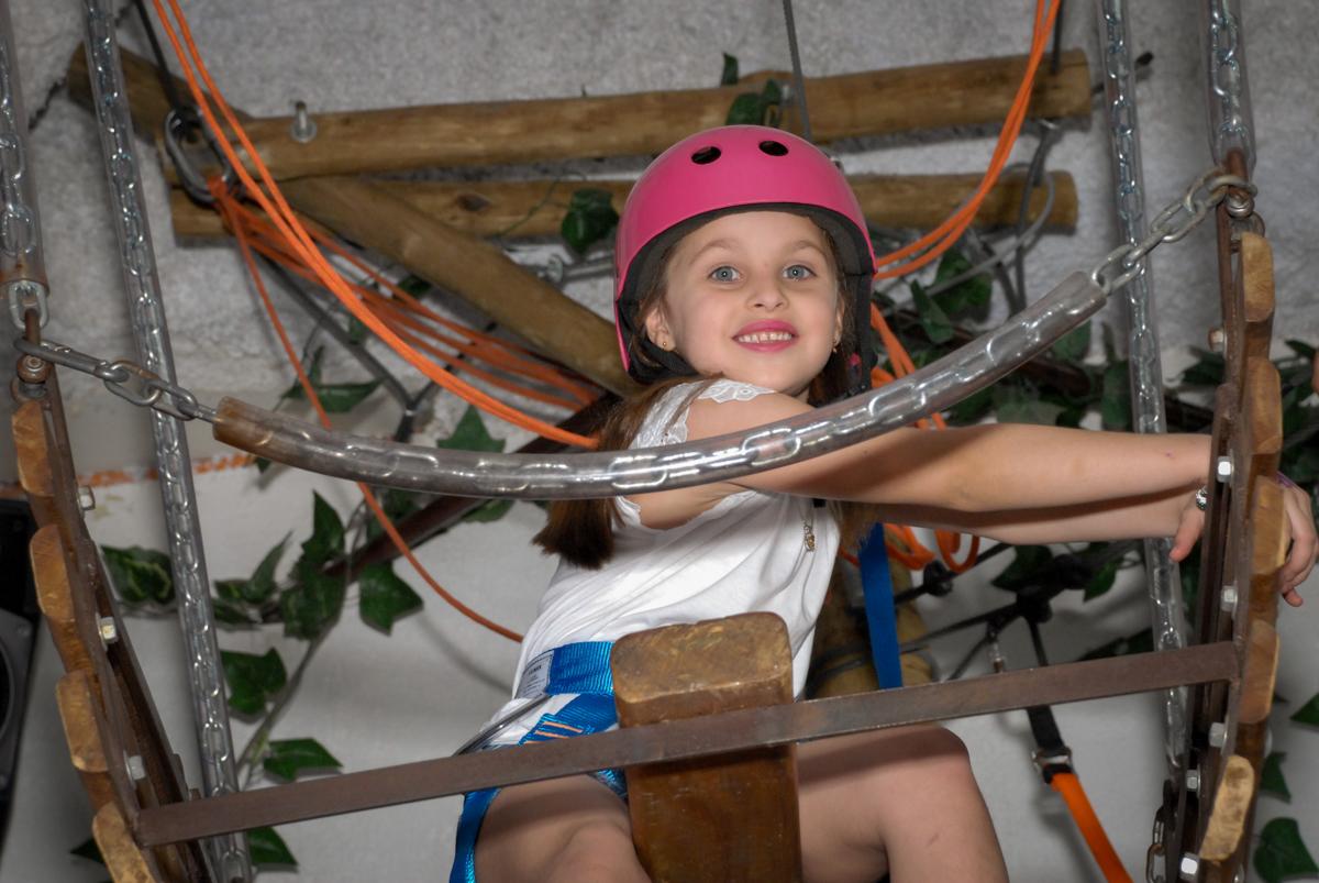 preparando para curtir na tirolesa no Buffet Magic Joy, Saude, São Paulo, aniversário de Beatriz 6 anos, tema da festa lady bug