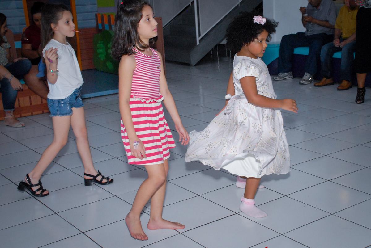 gincana divertida com os monitores no Buffet Magic Joy, Saude, São Paulo, aniversário de Beatriz 6 anos, tema da festa lady bug
