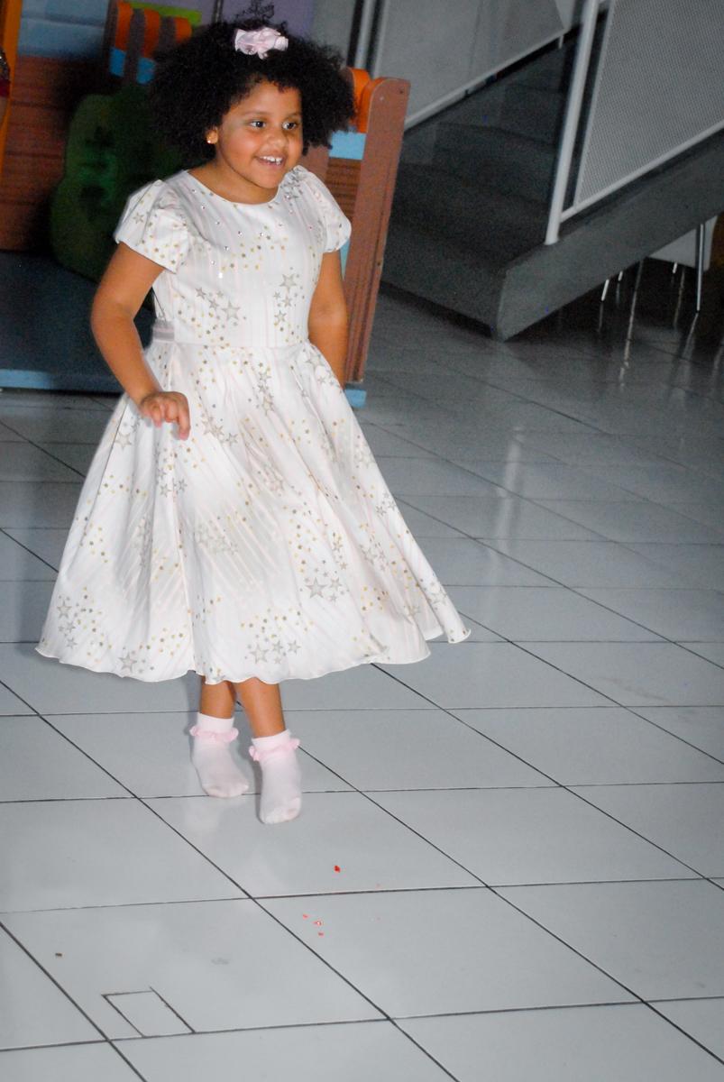 aniversariante dança feliz no Buffet Magic Joy, Saude, São Paulo, aniversário de Beatriz 6 anos, tema da festa lady bug