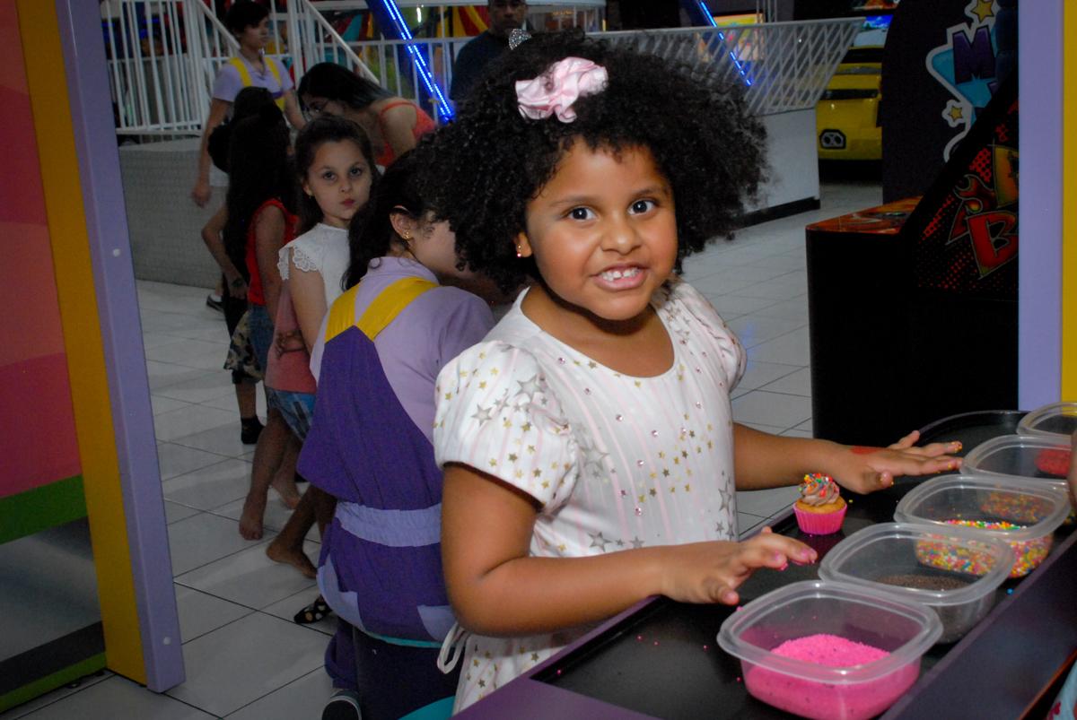 preparando seu proprio cup cake no Buffet Magic Joy, Saude, São Paulo, aniversário de Beatriz 6 anos, tema da festa lady bug