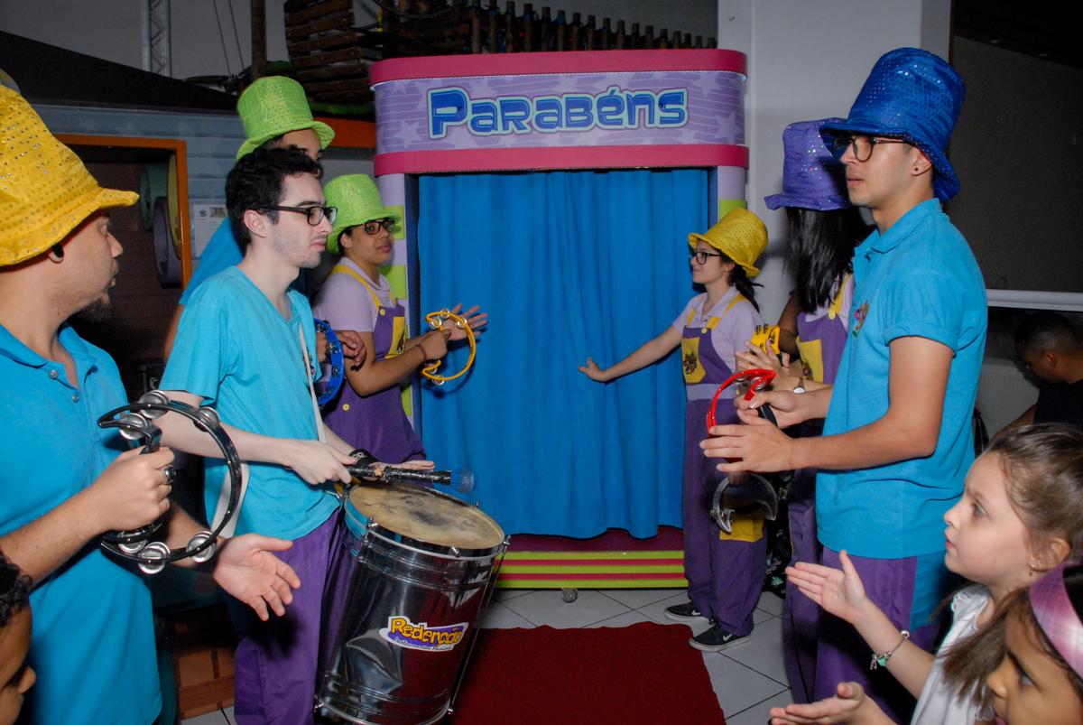 saindo da máquina do parabéns no Buffet Magic Joy, Saude, São Paulo, aniversário de Beatriz 6 anos, tema da festa lady bug