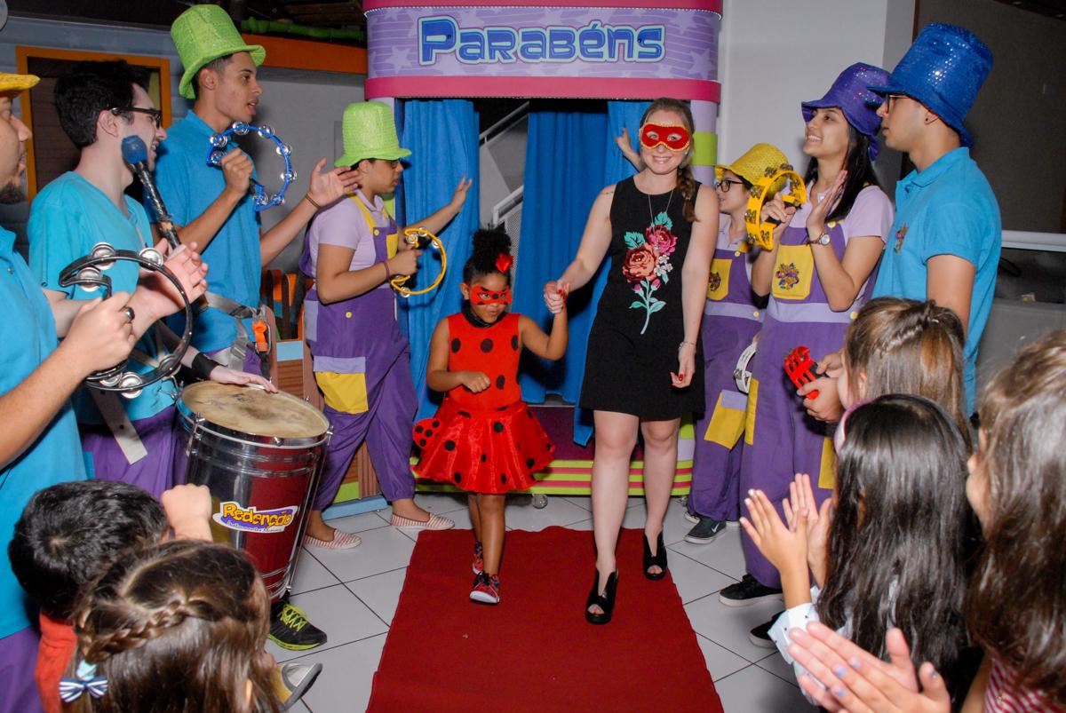 preparando para o parabéns no Buffet Magic Joy, Saude, São Paulo, aniversário de Beatriz 6 anos, tema da festa lady bug
