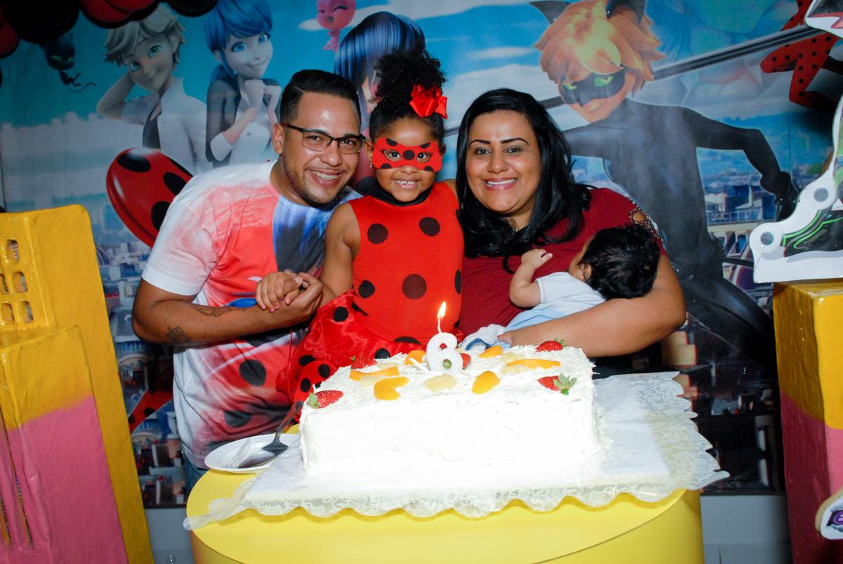 hora de cantar o parabéns no Buffet Magic Joy, Saude, São Paulo, aniversário de Beatriz 6 anos, tema da festa lady bug