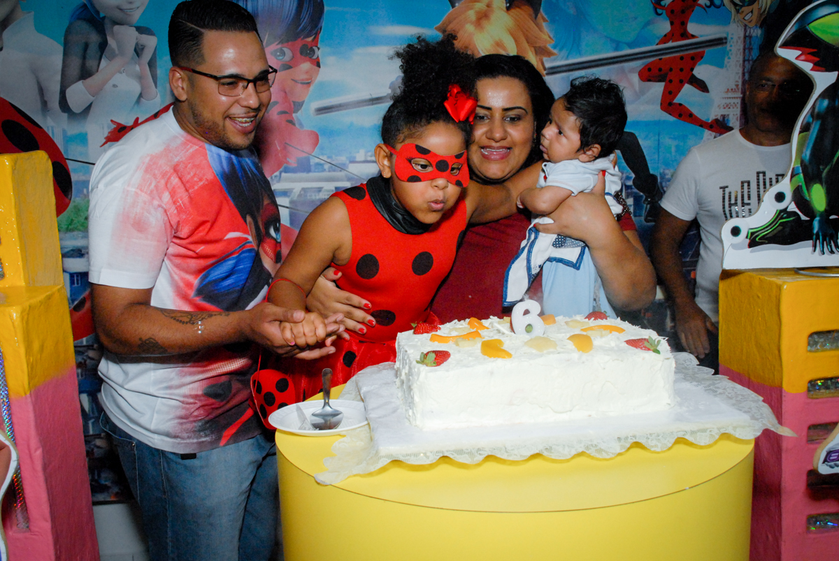 soprando a vela do bolo no Buffet Magic Joy, Saude, São Paulo, aniversário de Beatriz 6 anos, tema da festa lady bug