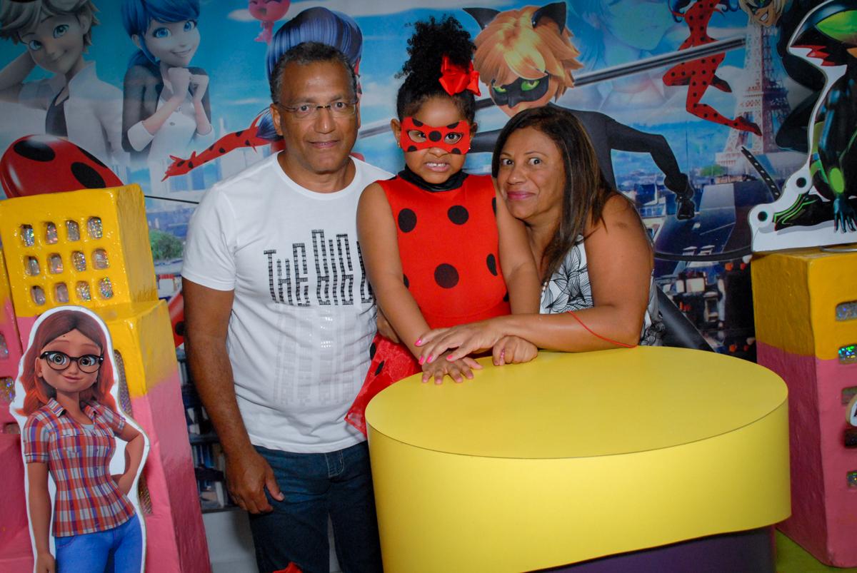 vovo e vovô faz foto com a aniversariante no Buffet Magic Joy, Saude, São Paulo, aniversário de Beatriz 6 anos, tema da festa lady bug