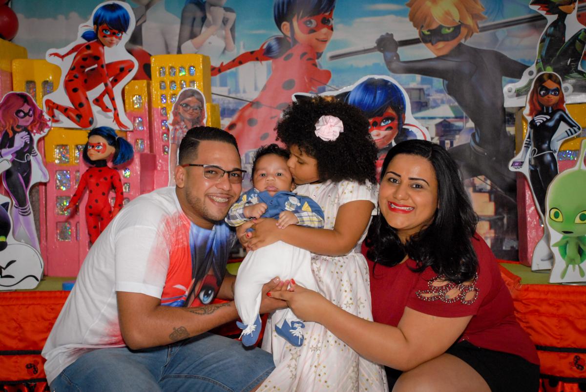 fotografia da família no Buffet Magic Joy, Saude, São Paulo, aniversário de Beatriz 6 anos, tema da festa lady bug