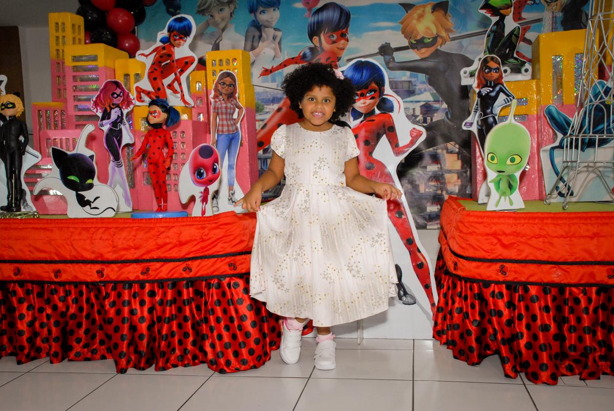 pose de princesa para a fotografia no Buffet Magic Joy, Saude, São Paulo, aniversário de Beatriz 6 anos, tema da festa lady bug