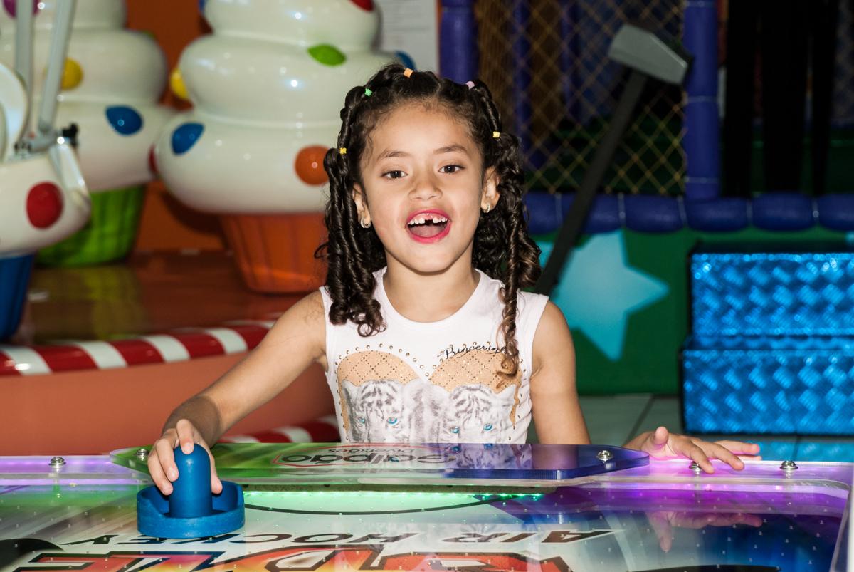 parceira do jogo de futebol de mesa no Buffet Magic Joy, Saude, São Paulo, aniversário de Isaque 8 anos, tem da festa São Paulo Futebol Clube