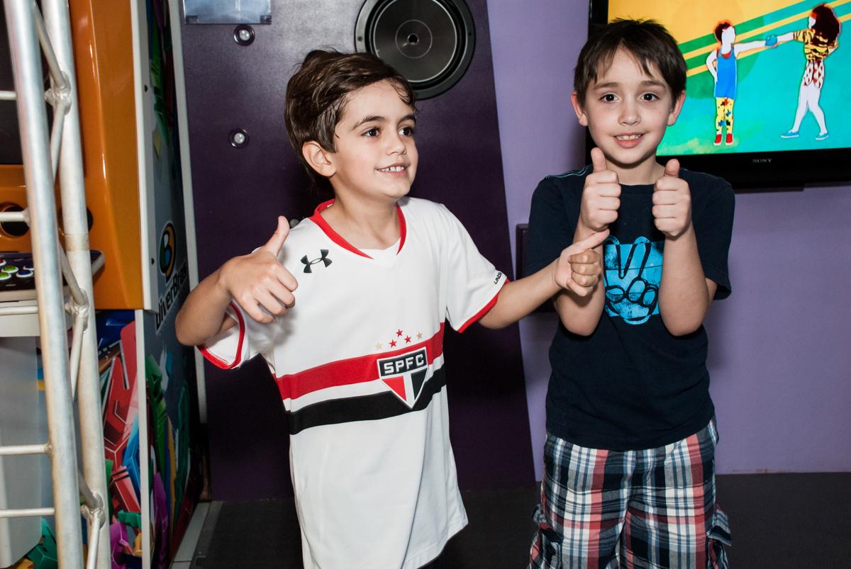 preparando para brincar na área lazer no Buffet Magic Joy, Saude, São Paulo, aniversário de Isaque 8 anos, tem da festa São Paulo Futebol Clube